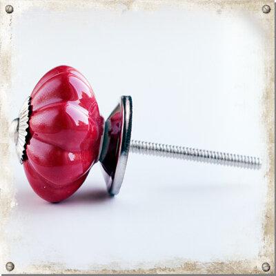 Röd knopp i porslin