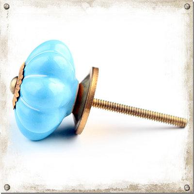 Ljusblå knopp i porslin med vita strimmor