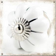 Vit knopp i porslin med silverfärgade strimmor