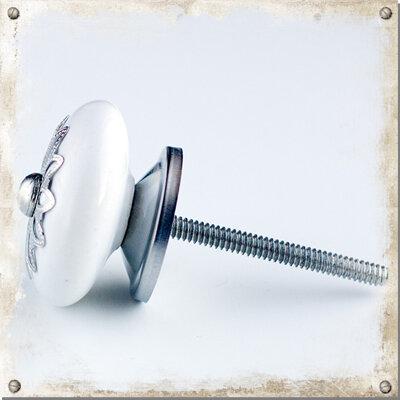 Vit platt knopp med sirlig silverdekor