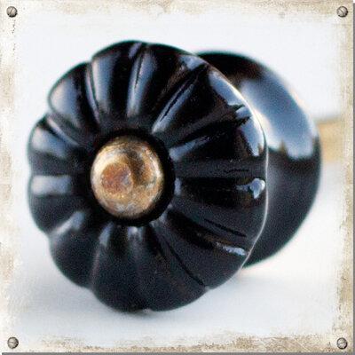 Liten svart blomknopp i porslin