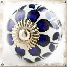 Rund vit knopp med blått blommönster
