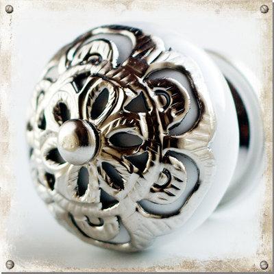 Vit knopp i porslin med dekor i silver