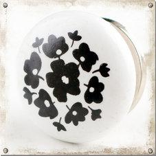 Vit knopp med svarta blommor och blad