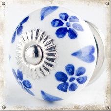 Vit rund knopp med blå blommor och hjärtan