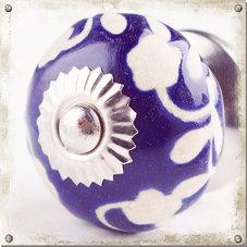 Blå knopp i porslin med vit blomranka