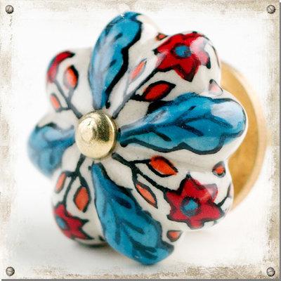 Vit knopp med blåa blad och röda blommor