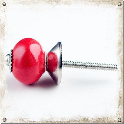 Liten röd knopp i porslin