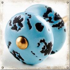 Ljust blå knopp med slitet mönster