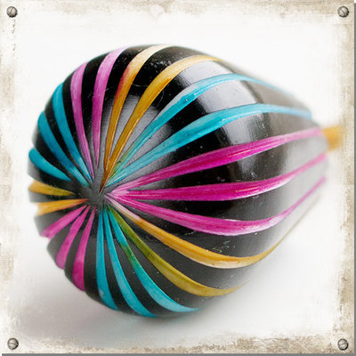 Svart knopp med färgglada strimmor