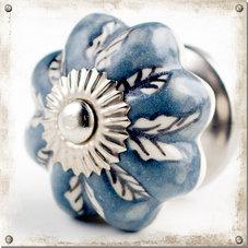 Gråblå knopp i porslin med vita blad