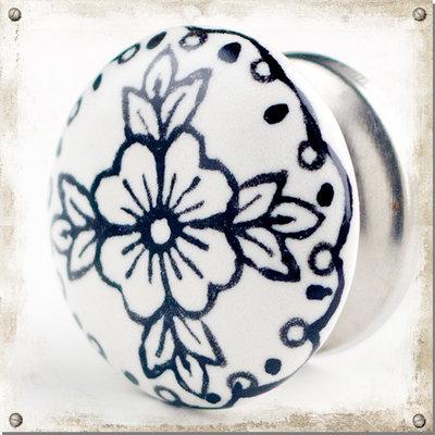 Vit knopp i porslin med blomma och blad