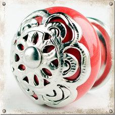 Röd knopp i porslin med dekor i silver