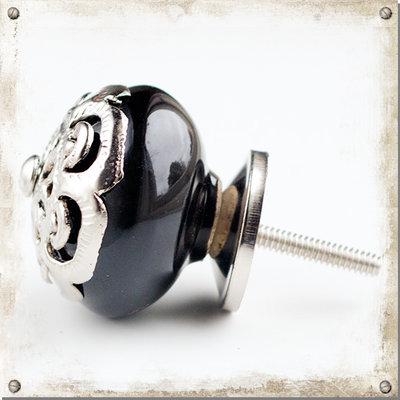 Svart knopp i porslin med dekor i silver