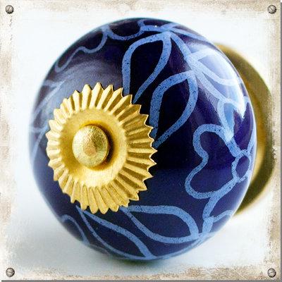 Mörkblå knopp i porslin med vackert blommönster