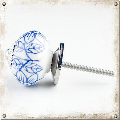 Vit rund knopp med blåa blommor och blad