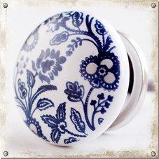 Vit knopp i porslin med blå ängsblommor