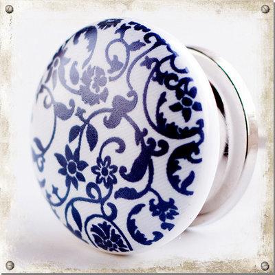 Vit knopp i porslin med snirkliga blå blommor