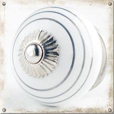Vit knopp i porslin med tunna silvergrå ränder