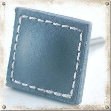Fyrkantig knopp i läder, grå
