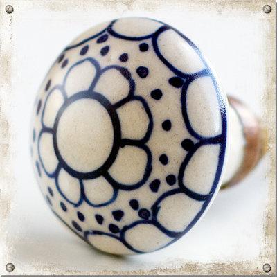 Vit knopp i porslin med blått mönster