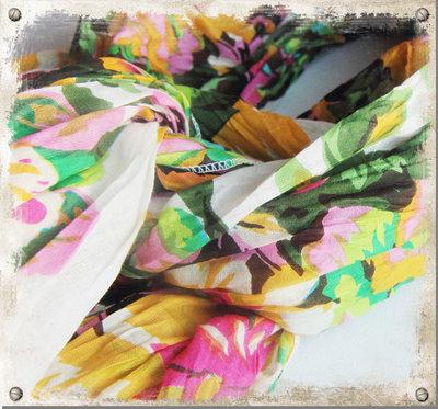 Vit sjal med gröna blommor - utgående