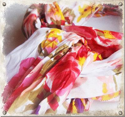 Vit sjal med röda blommor - utgående