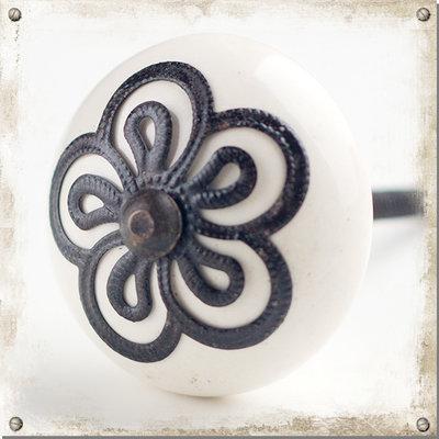 Vit knopp i porslin med svart metallblomma
