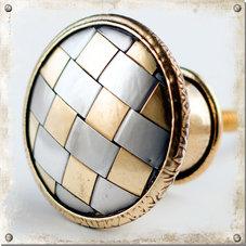 Metallknopp med flätat mönster
