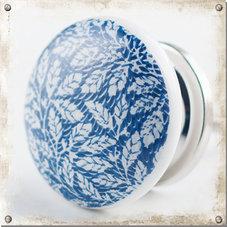 Vit knopp med blå botten och vita löv